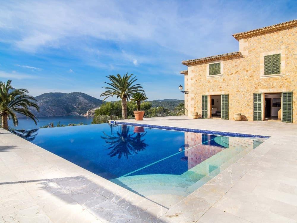 Blick aus mallorquinischer Luxusimmobilie auf Pool
