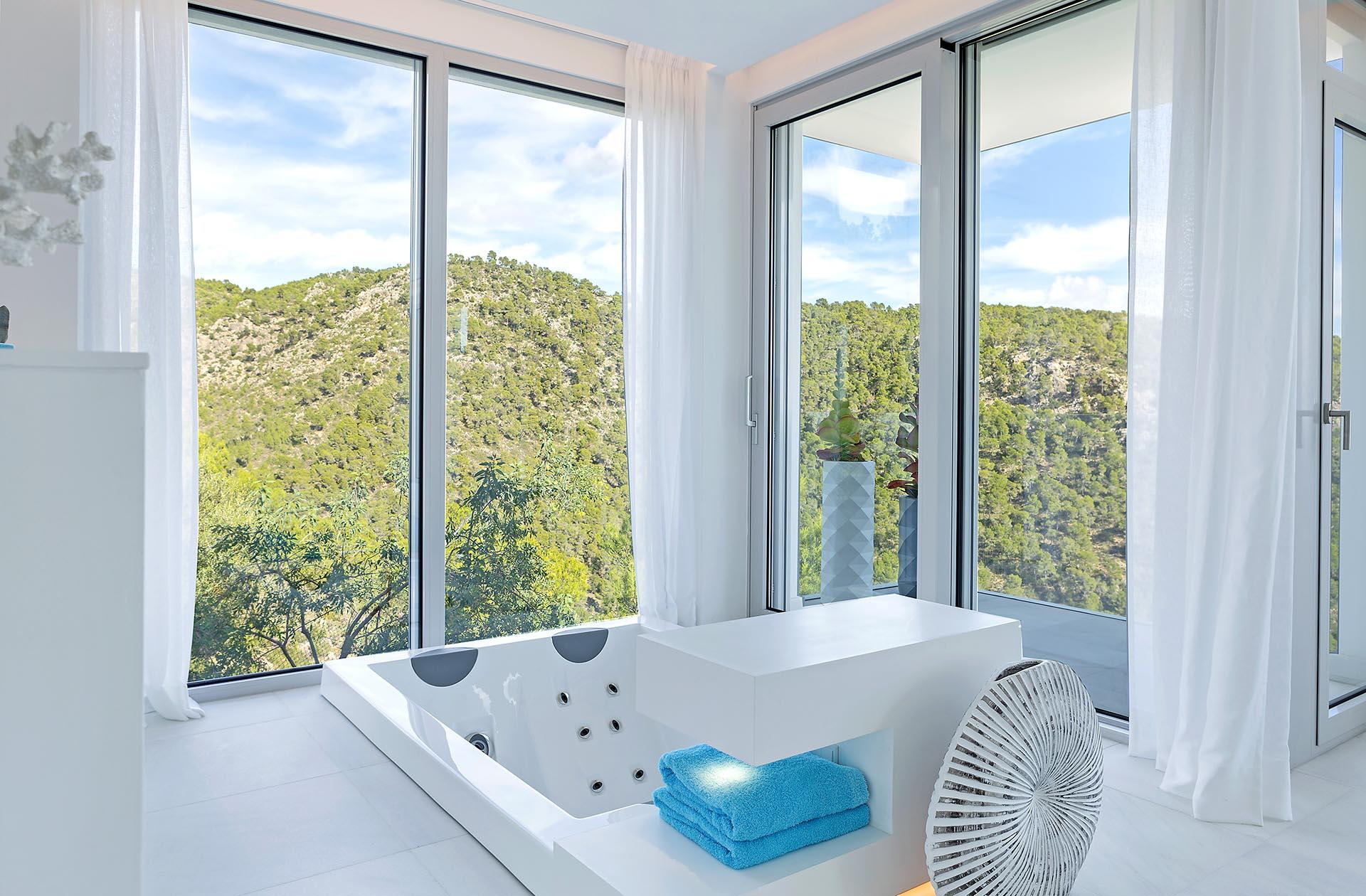 Traumhafte moderne Villa in Costa den Blanes - Badezimmer mit Jacuzzi