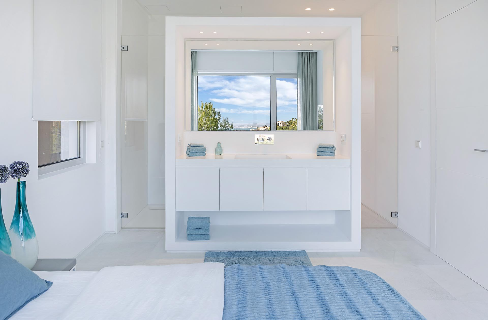 Beautiful modern villa in Costa den Blanes - Bathroom area in the bedroom