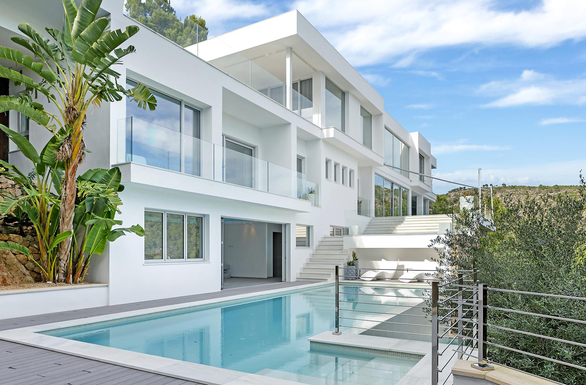 Hermosa villa en Costa d'en Blanes - Fachada exterior con piscina